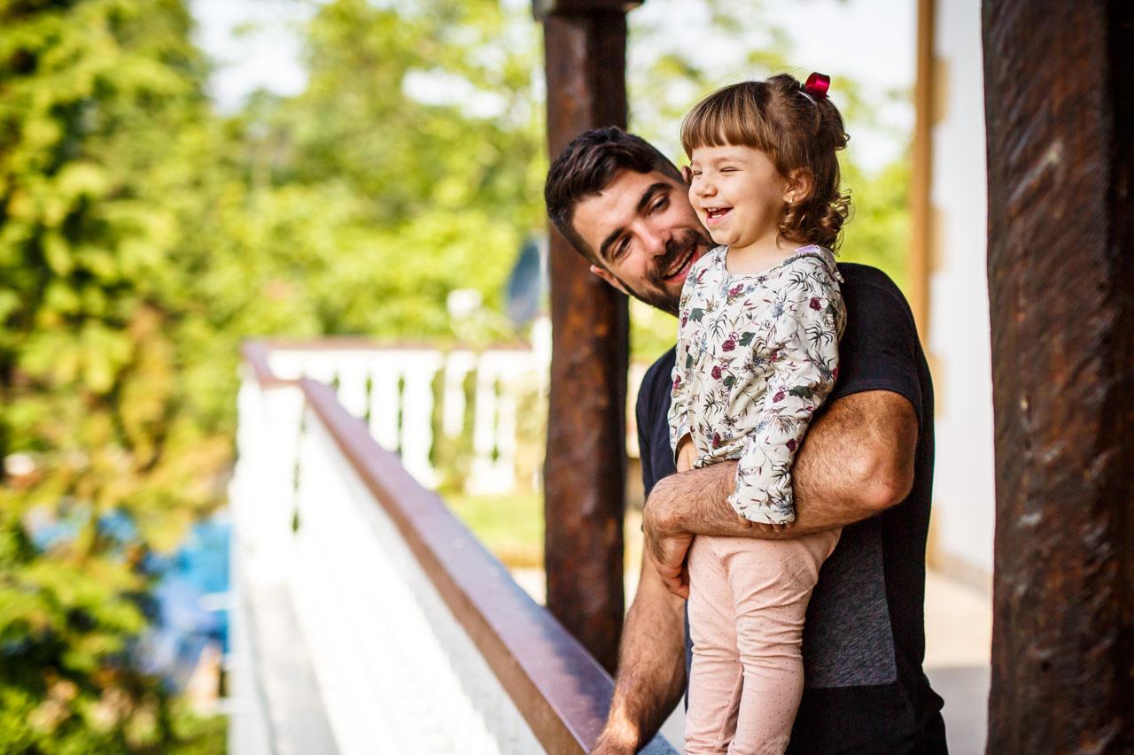 el novio riendose con su hija en una boda en oiartzun