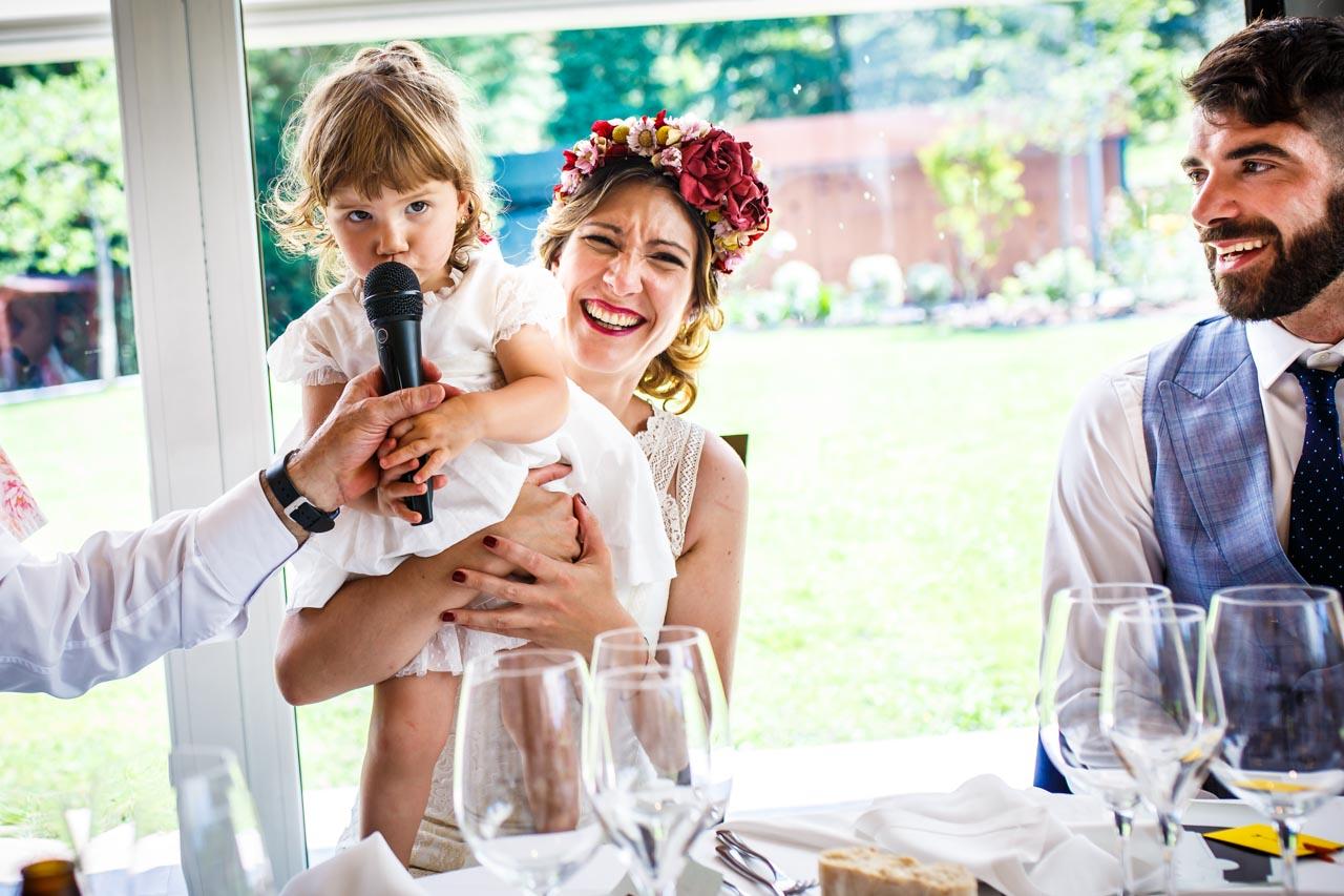 la niña hablando por el microfono en una boda en oiartzun