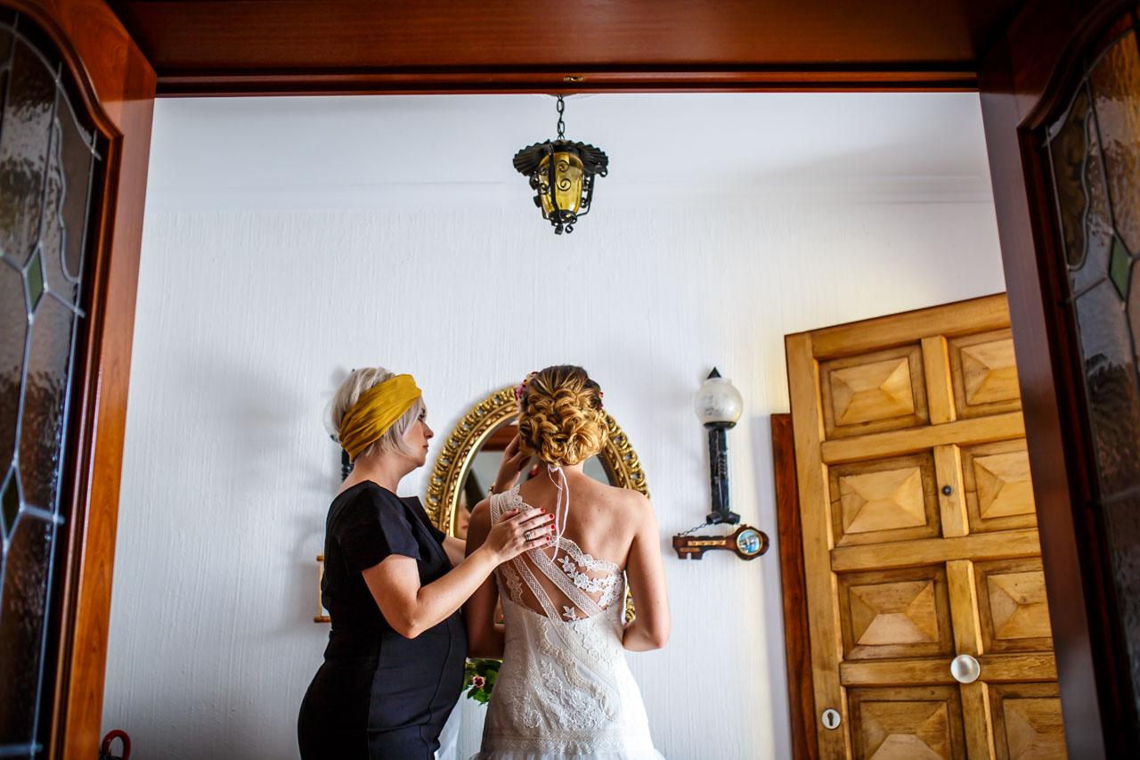 retocando el maquillaje de la novia en una boda en oiartzun