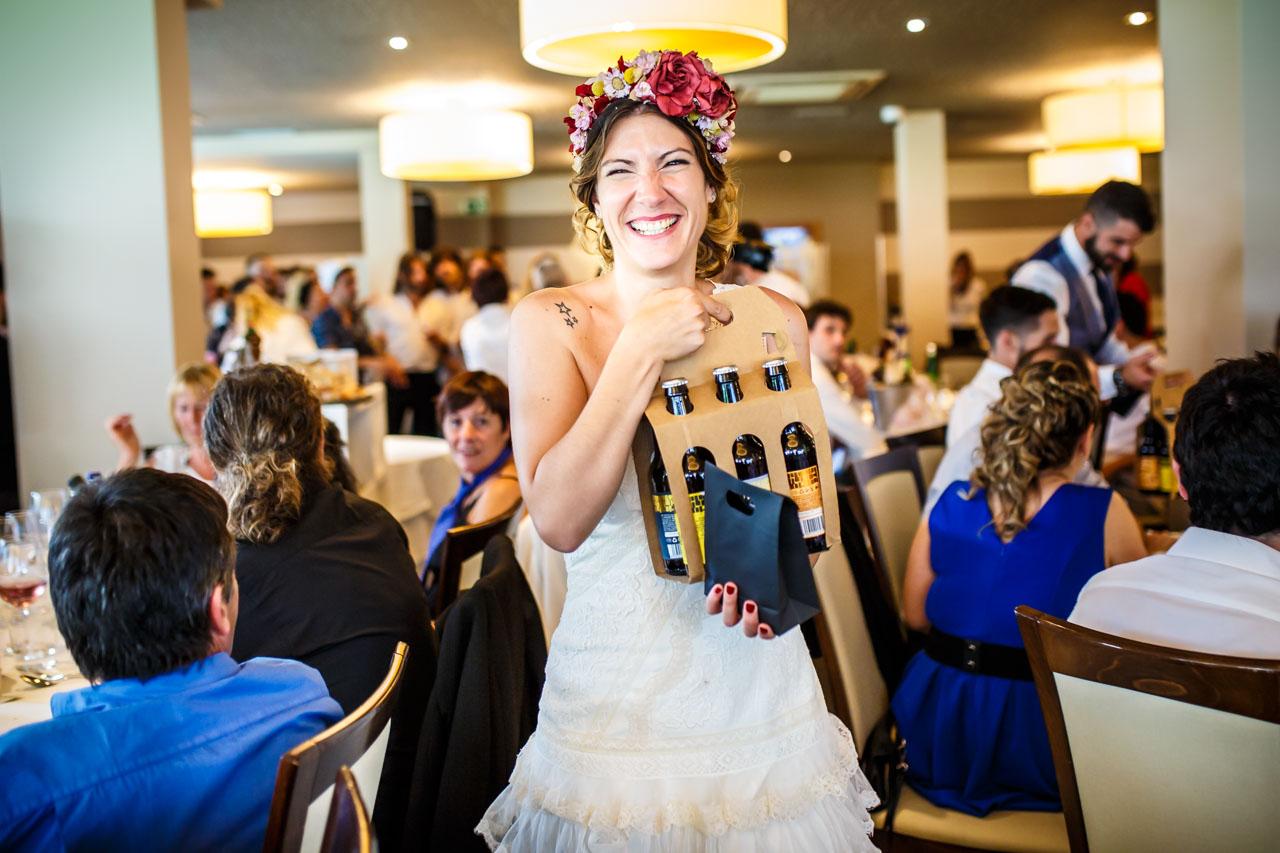 la novia feliz antes de dar un regalo en una boda en oiartzun