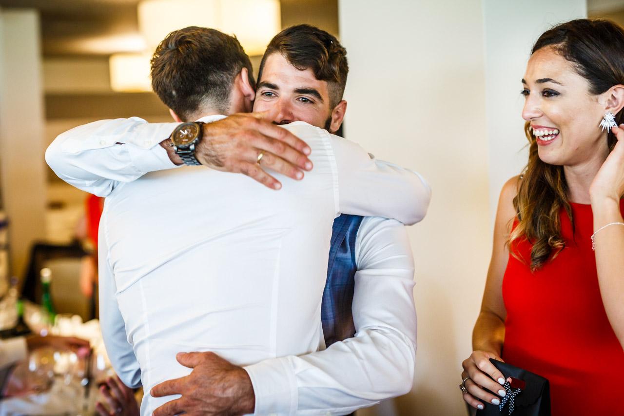 novio abrazando al cuñado tras darle un regalo en una boda en oiartzun