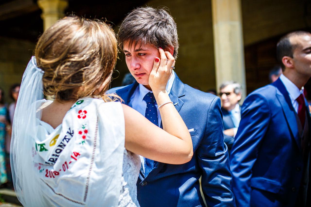 la novia tranquilizando a su hermano en una boda en guadalupe