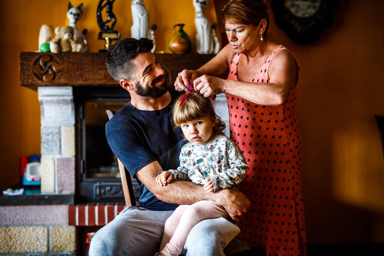 peinando a la nieta en una boda en oiartzun