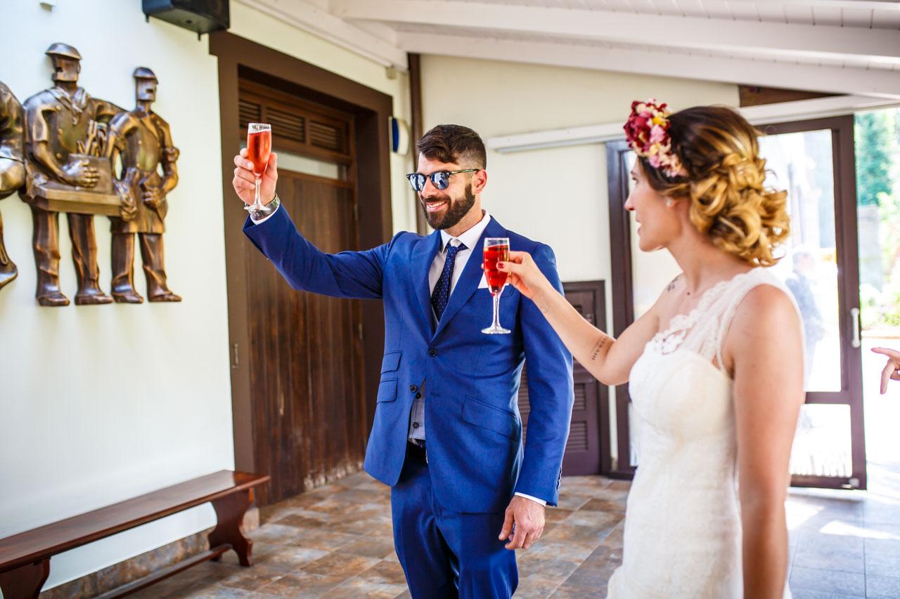 los novios brindando al llegar al restaurante en una boda en oiartzun