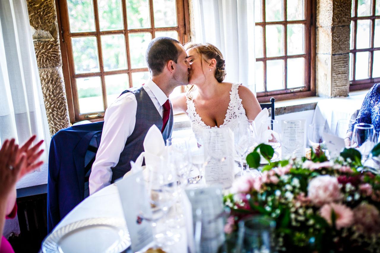 los novios se dan un beso en una boda en guadalupe