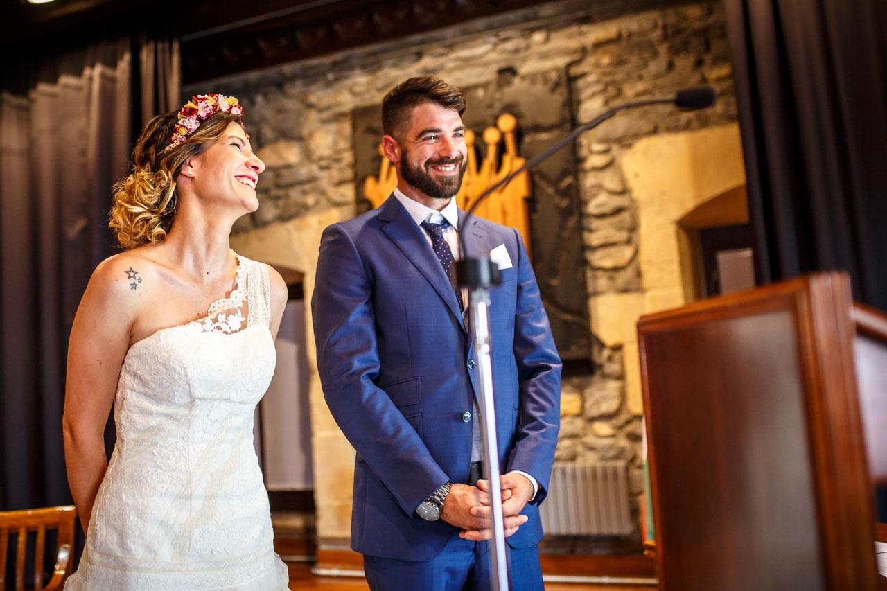 novios sonriendo durante la ceremonia en una boda en oiartzun