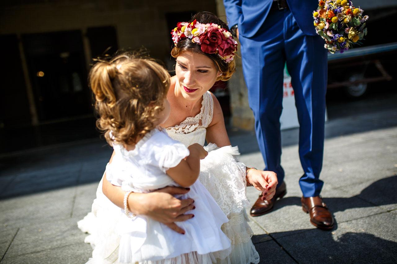 primer abrazo de la novia a su hija en una boda en oiartzun