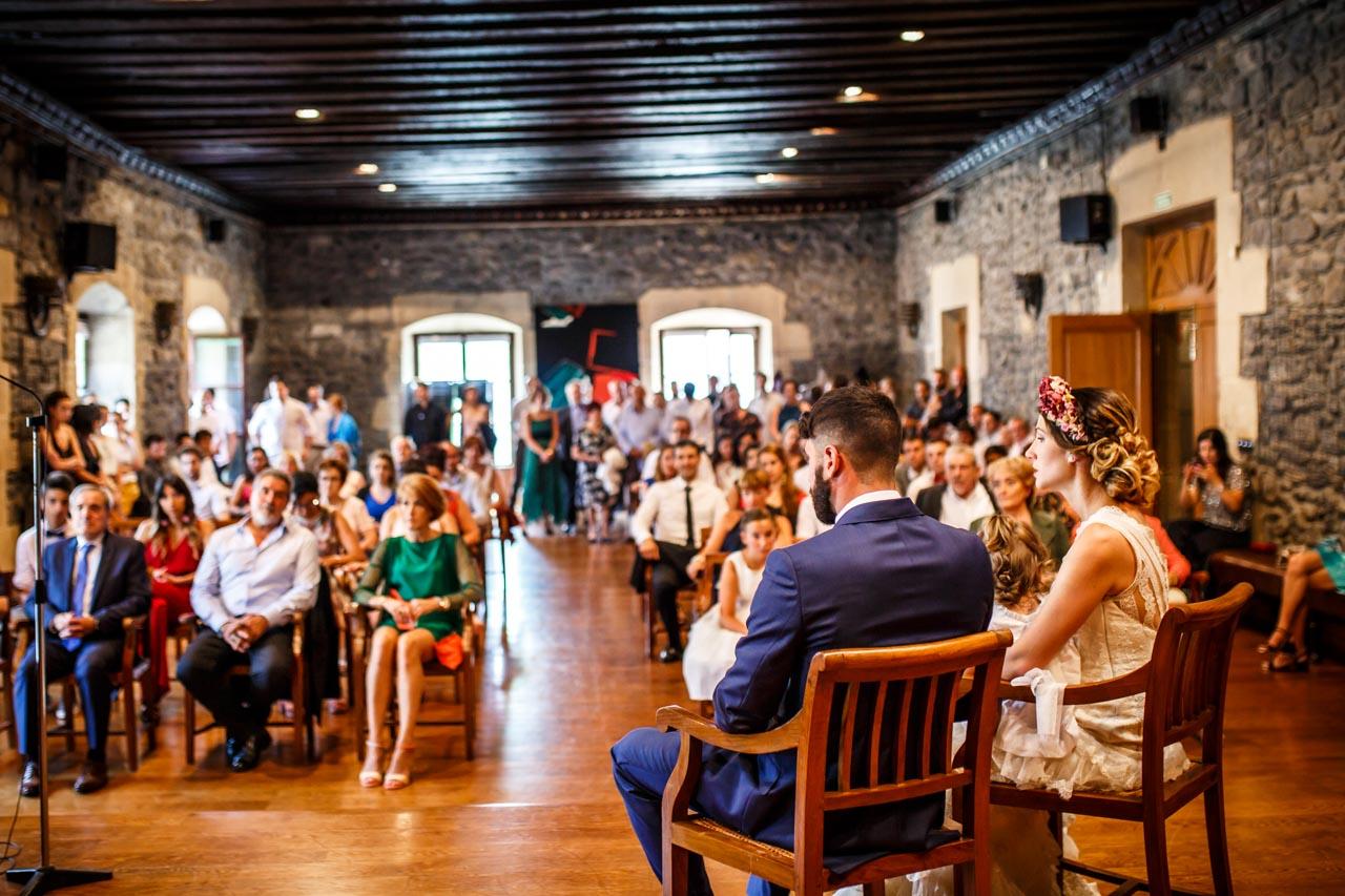 la gente atenta en la ceremonia en una boda en oiartzun
