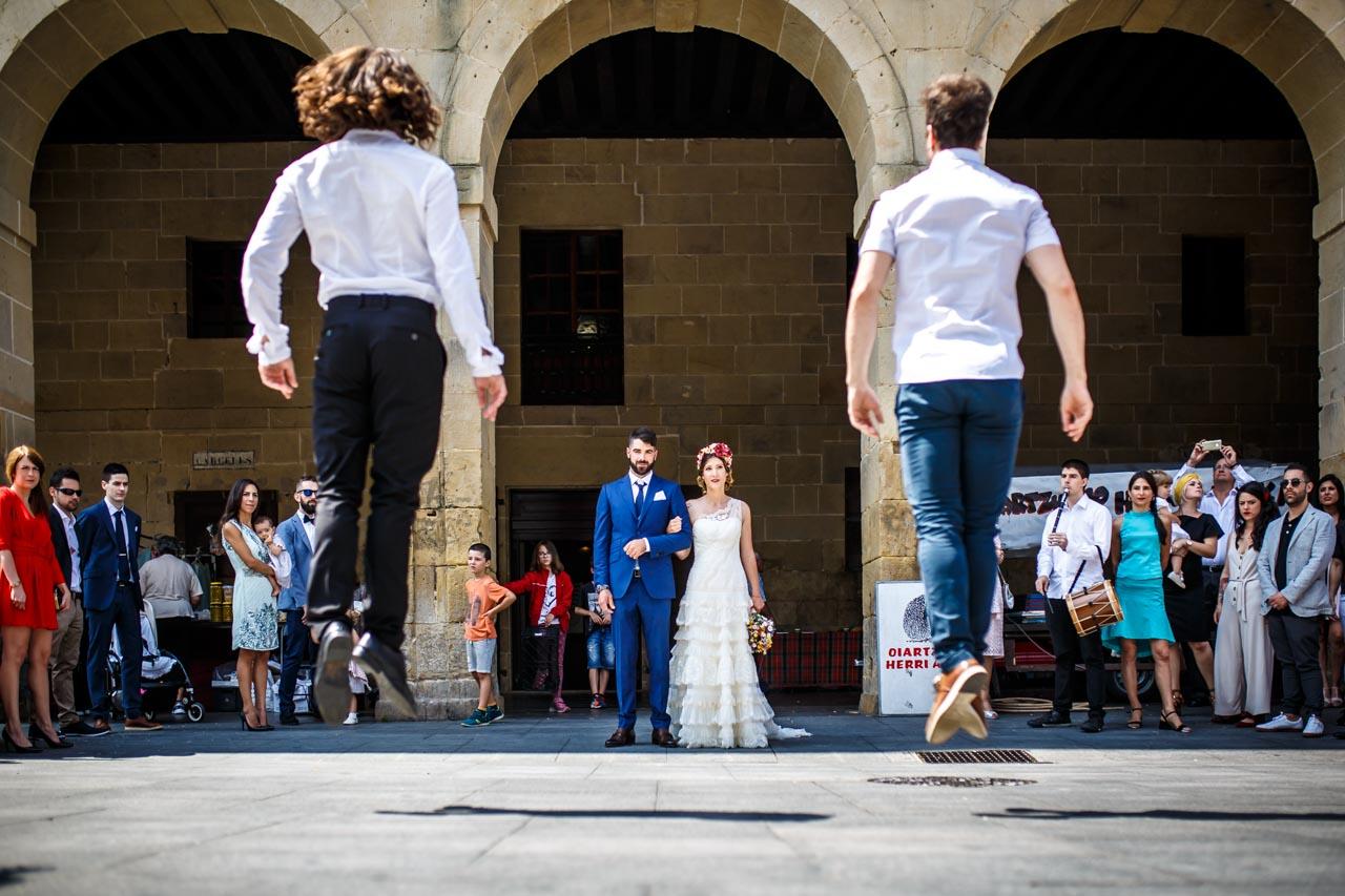 los amigos de los novios bailando a la salida en una boda en oiartzun