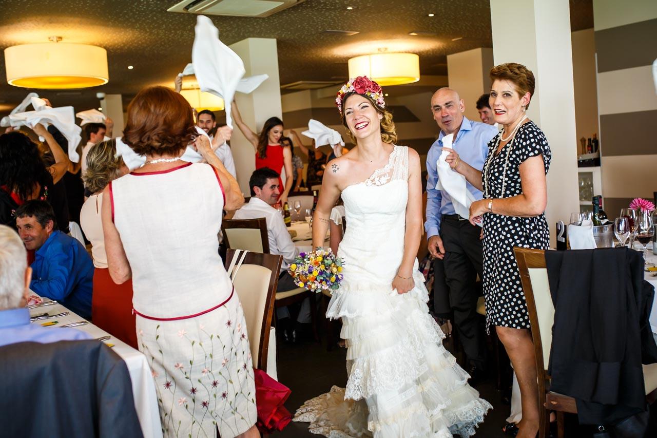 entrada de los novios al restaurante en una boda en oiartzun