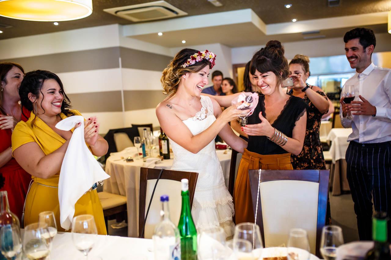 entregando los muñecos de la tarta en una boda en oiartzun