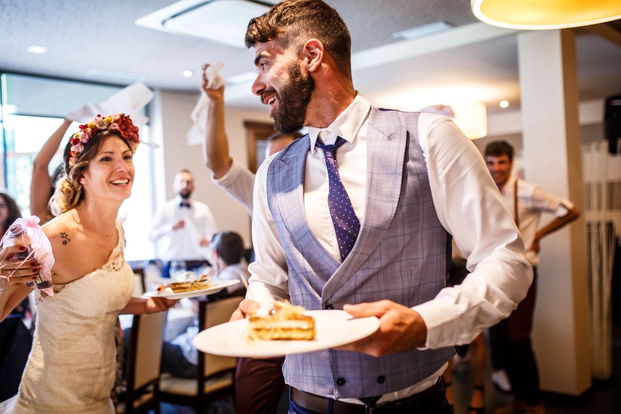 llevando la tarta en una boda en oiatzun