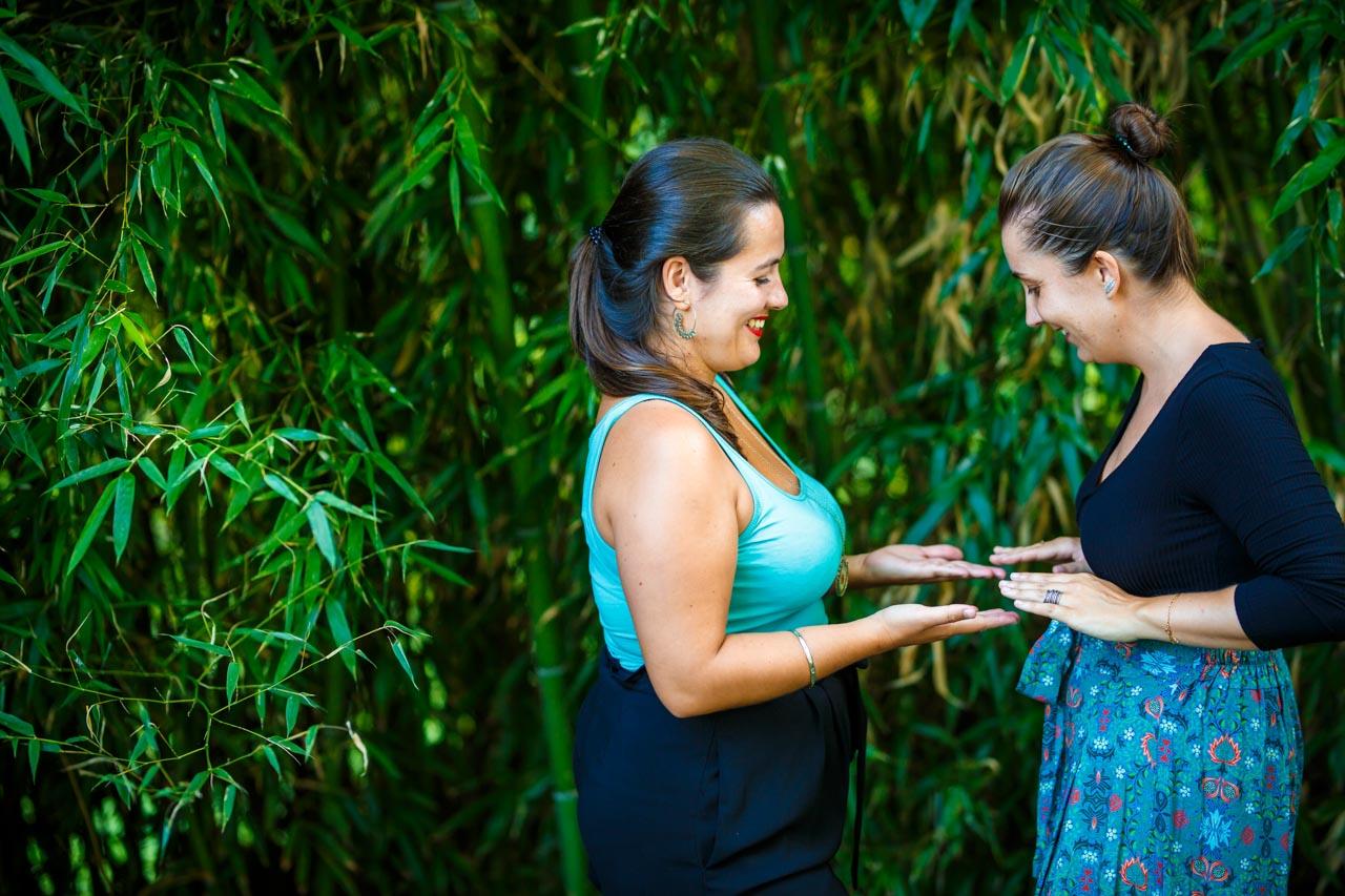 las novias jugando durante el reportaje en una preboda en oiartzun