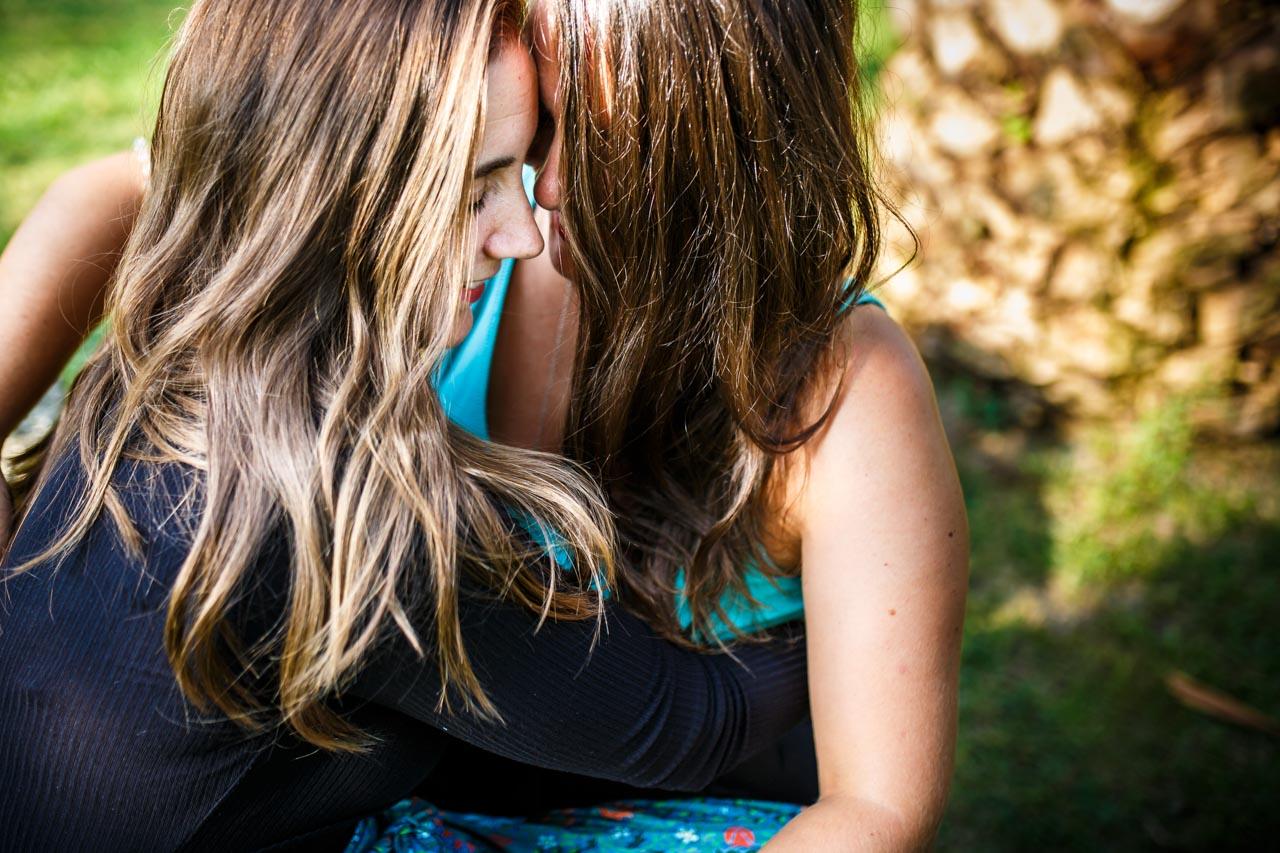 la pareja se relaja con un abrazo en una preboda en oiartzun
