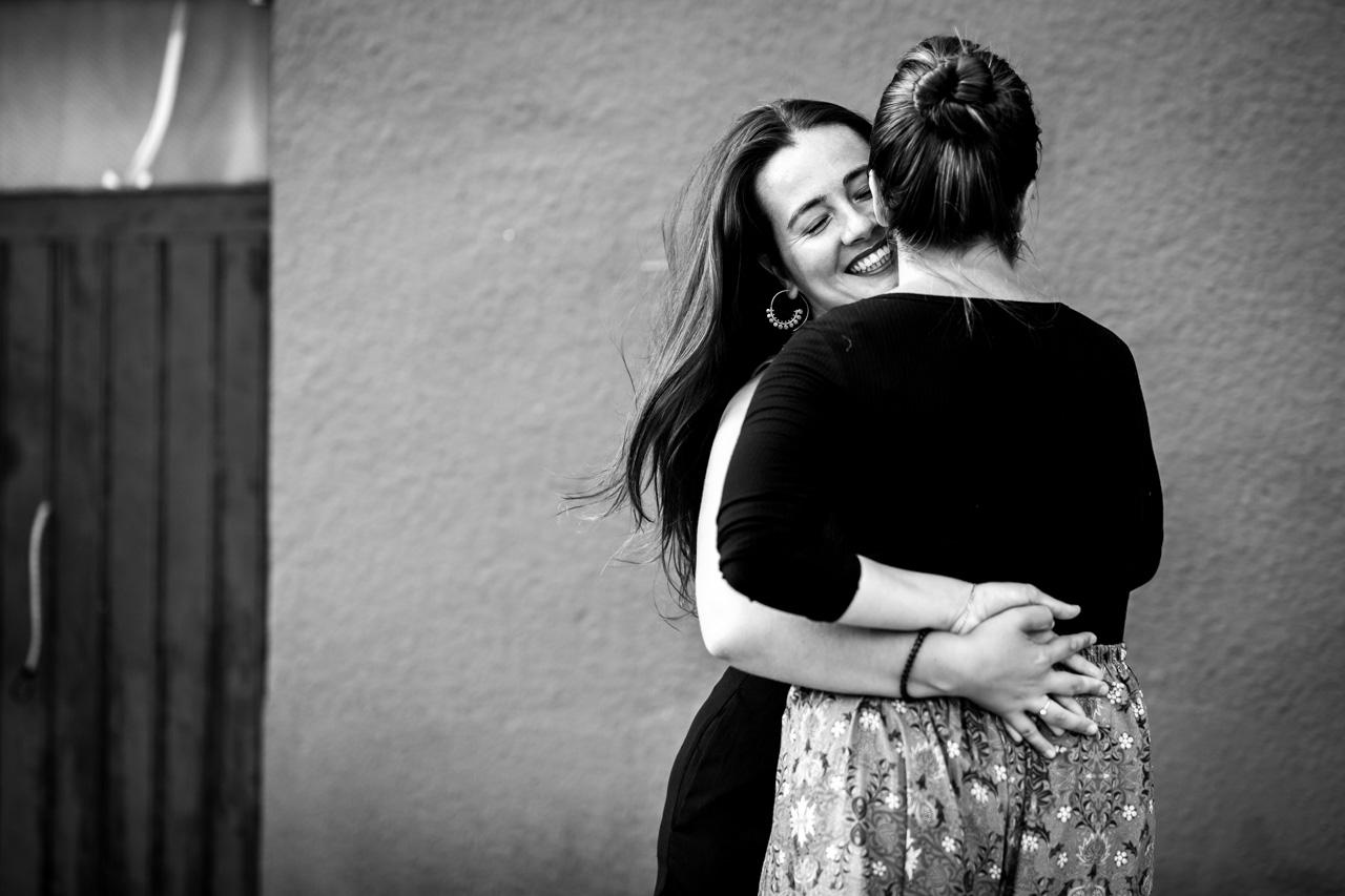 las novias abrazadas sonríen en una preboda en oiartzun