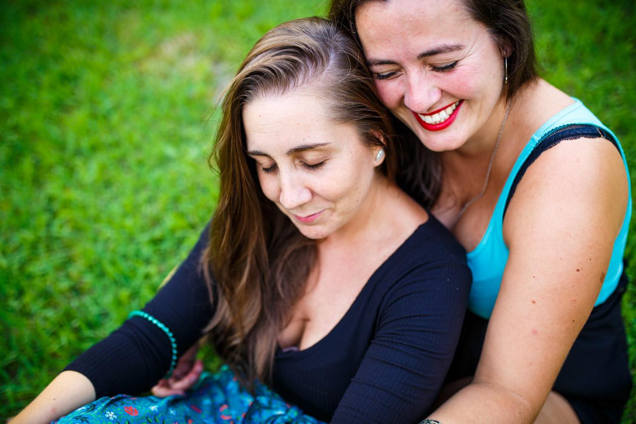 la pareja abrazada en un momento de relajación en una preboda en oiartzun