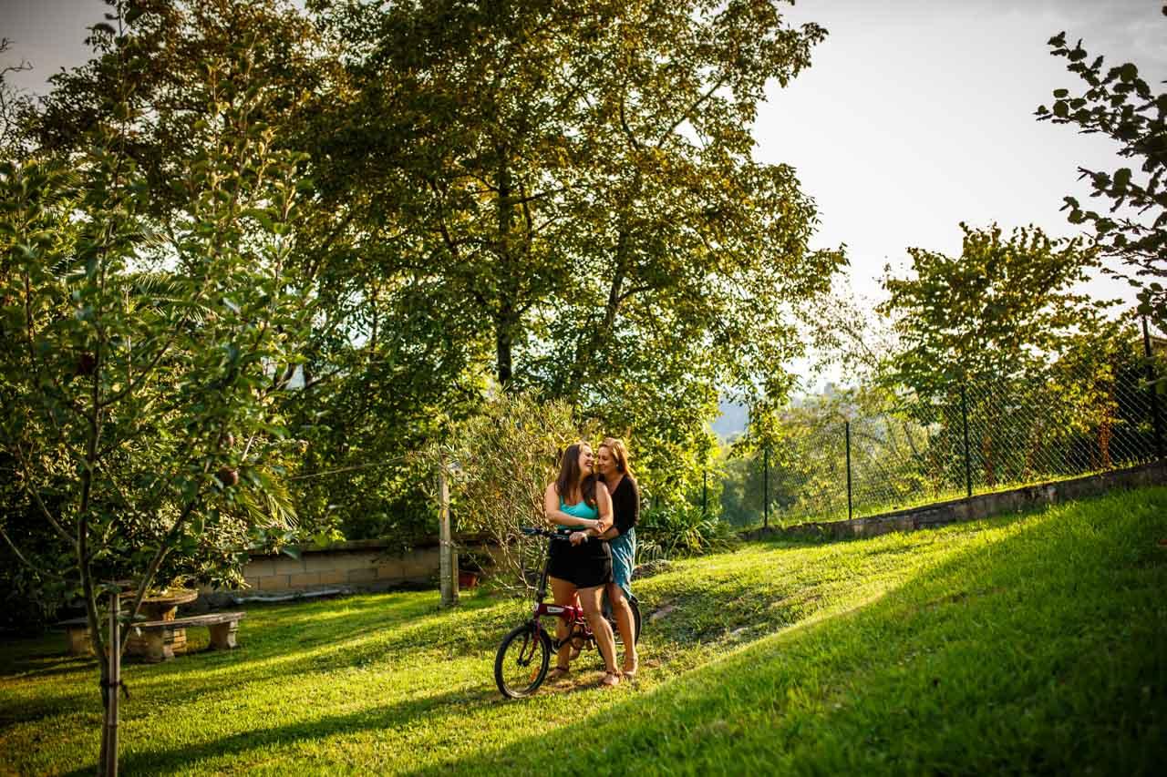 las novias dan un paseo en bicicleta en una preboda en oiartzun