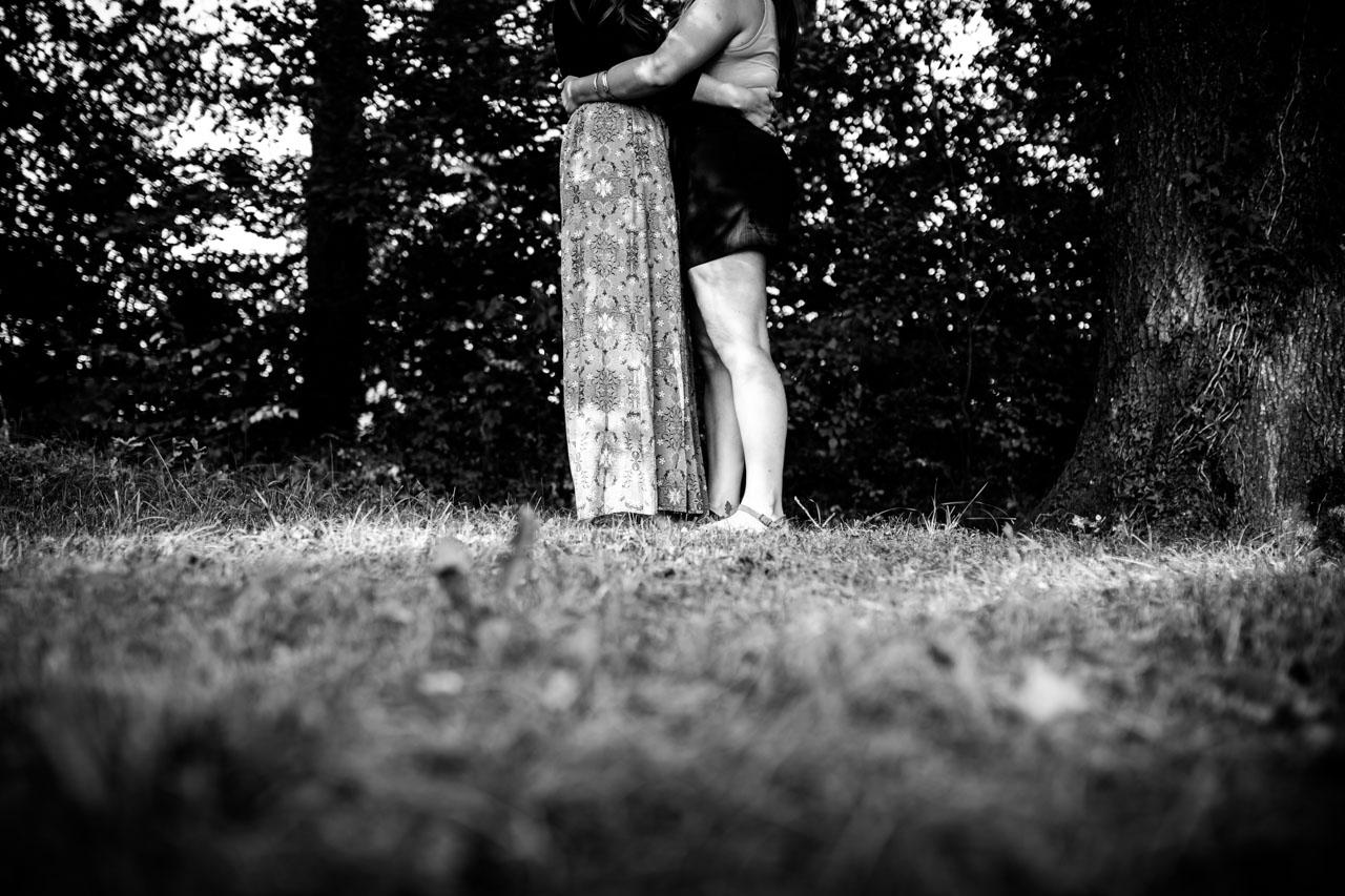 abrazo de la pareja en una preboda en oiartzun