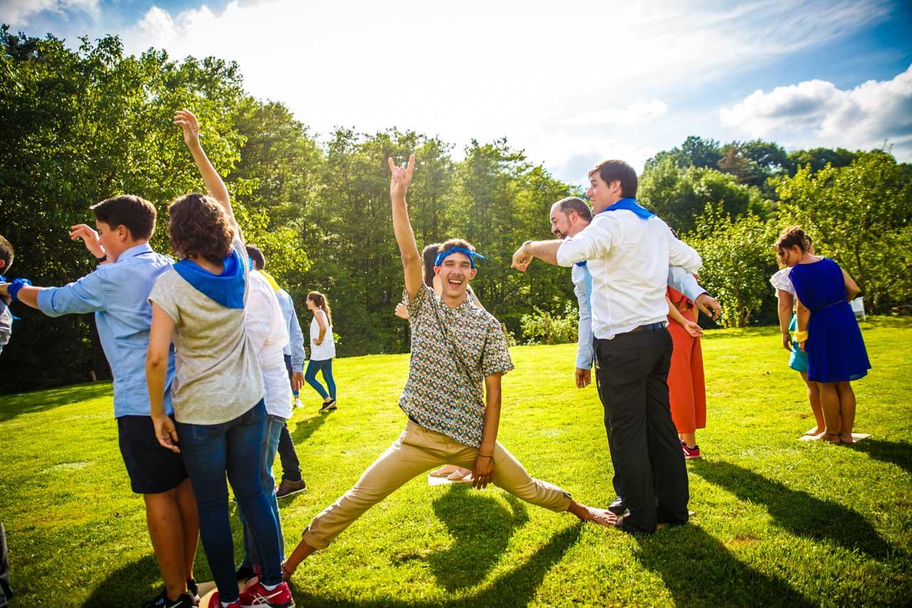 un invitado disfrutando durante uno de los juegos en una boda en oiartzun