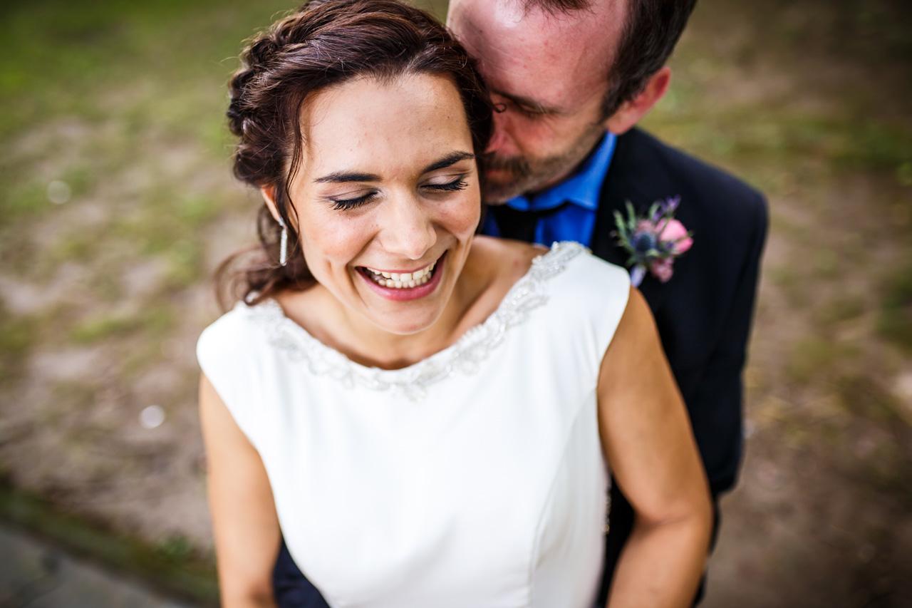 el novio susurrándole algo bonito a la novia durante el reportaje en una boda en oiartzun