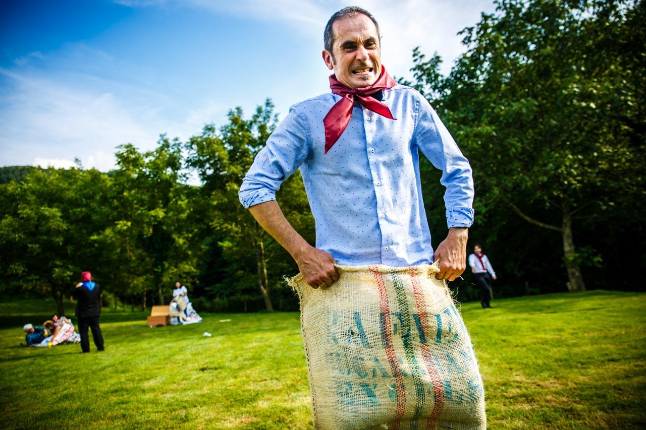 el padre de la novia en la carrera de sacos en una boda en oiartzun