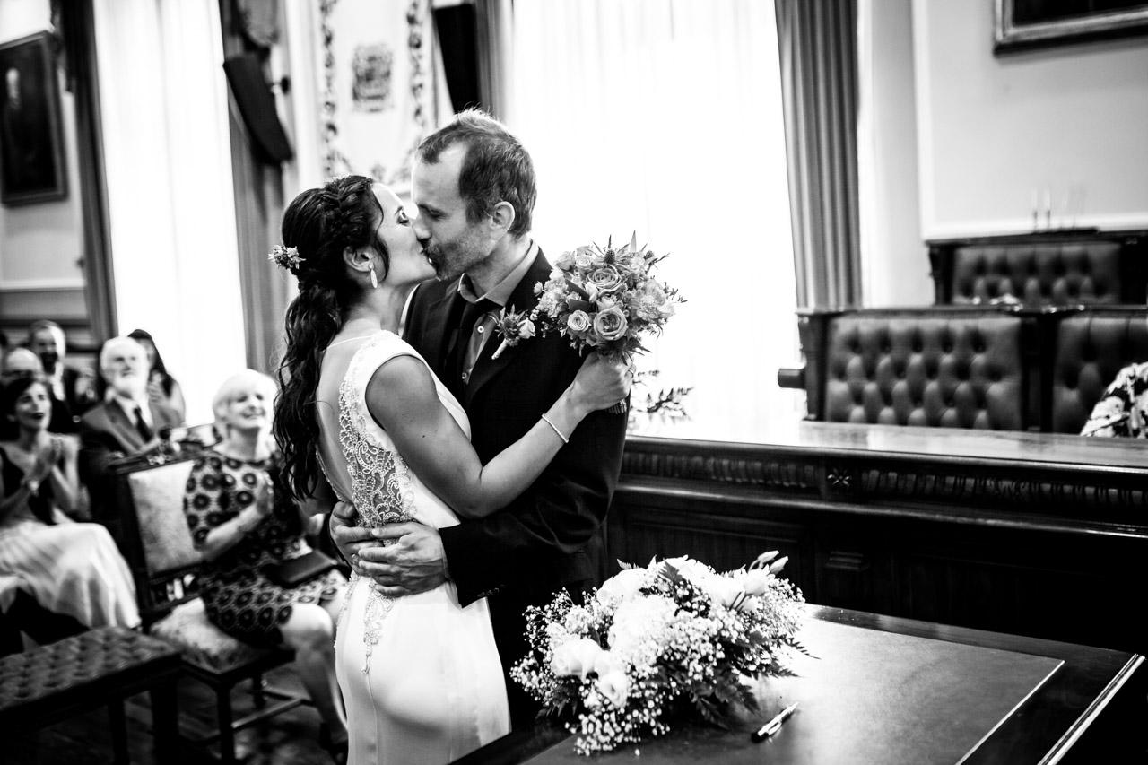 los novios se besan en una boda en oiartzun
