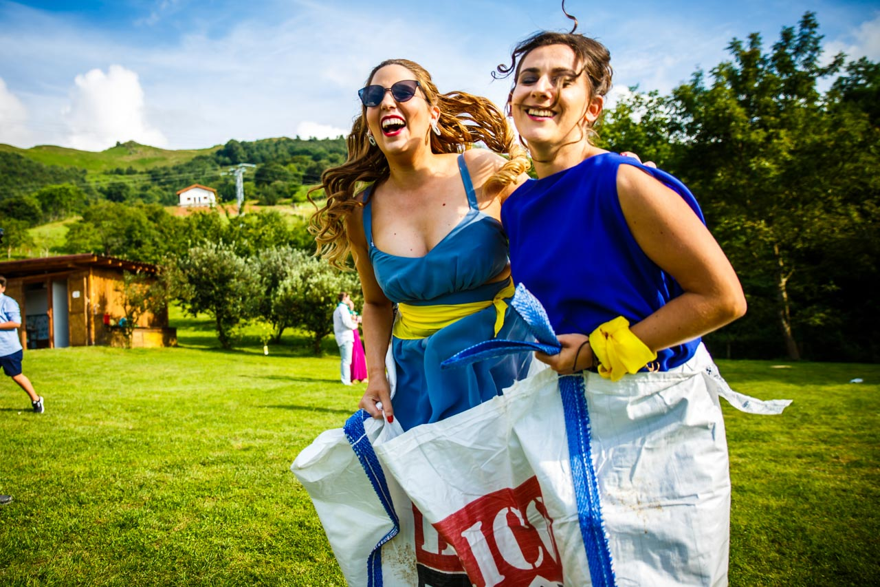 dos invitadas en la carrera de sacos en una boda en oiartzun