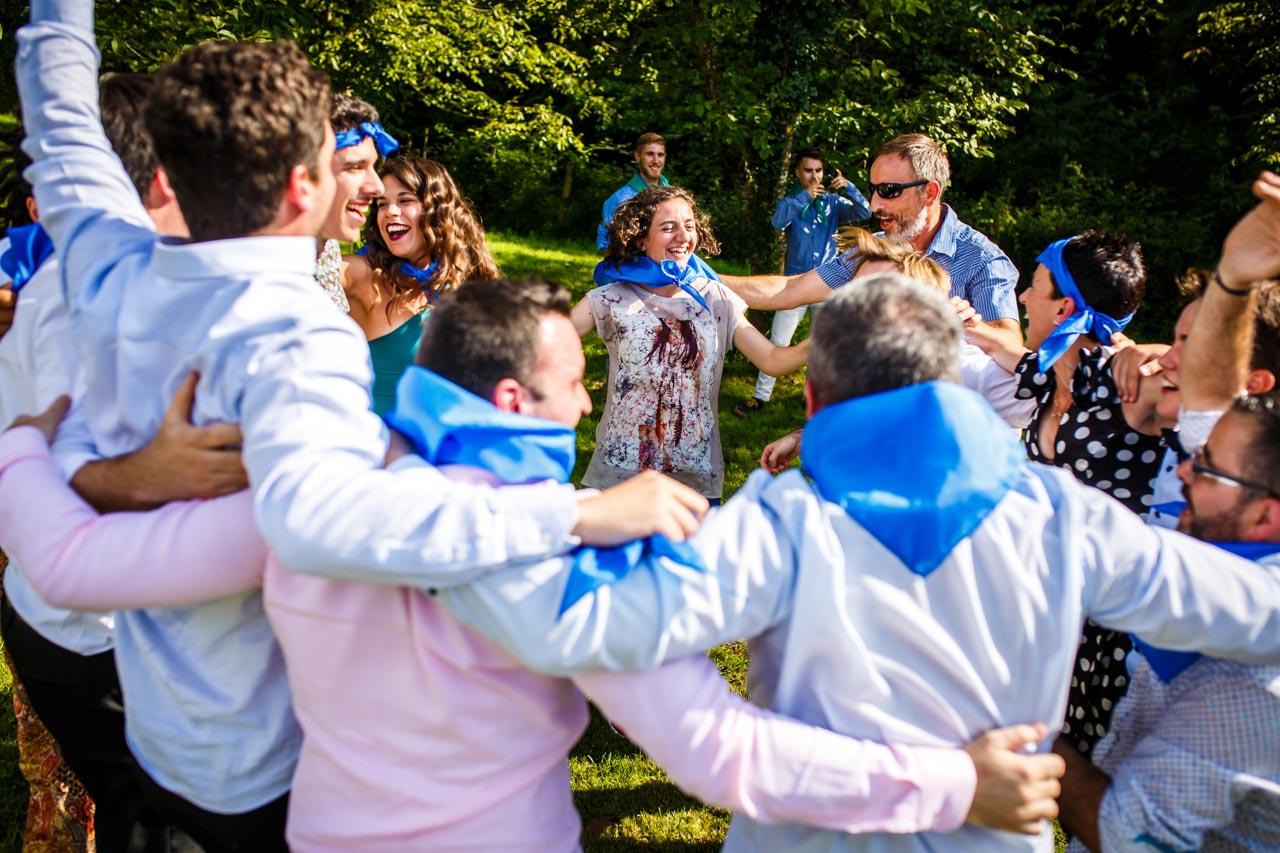 uno de los equipos celebrando la victoria en uno de los juegos en una boda en oiartzun
