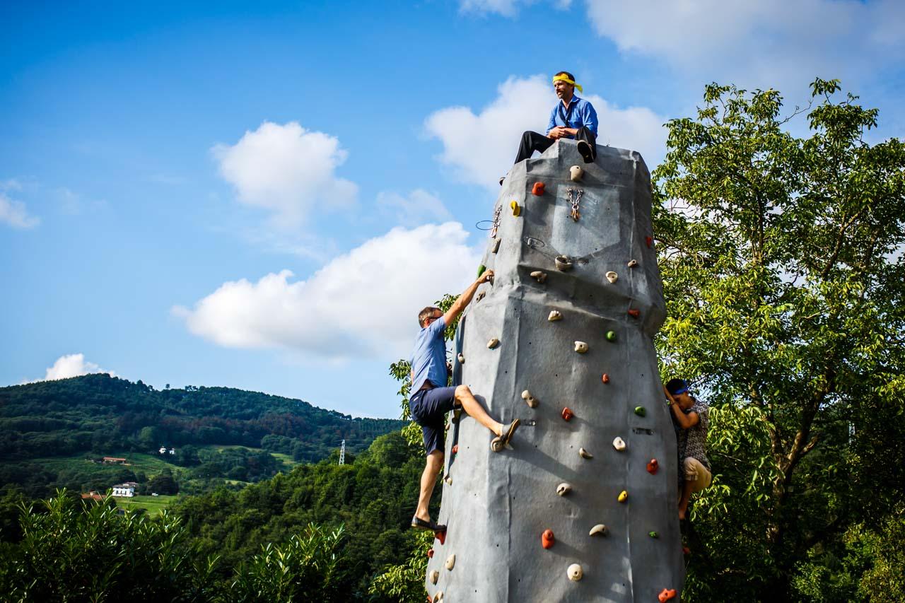 el novio en lo alto del rocodromo jugando con sus amigos en una boda en oiartzun