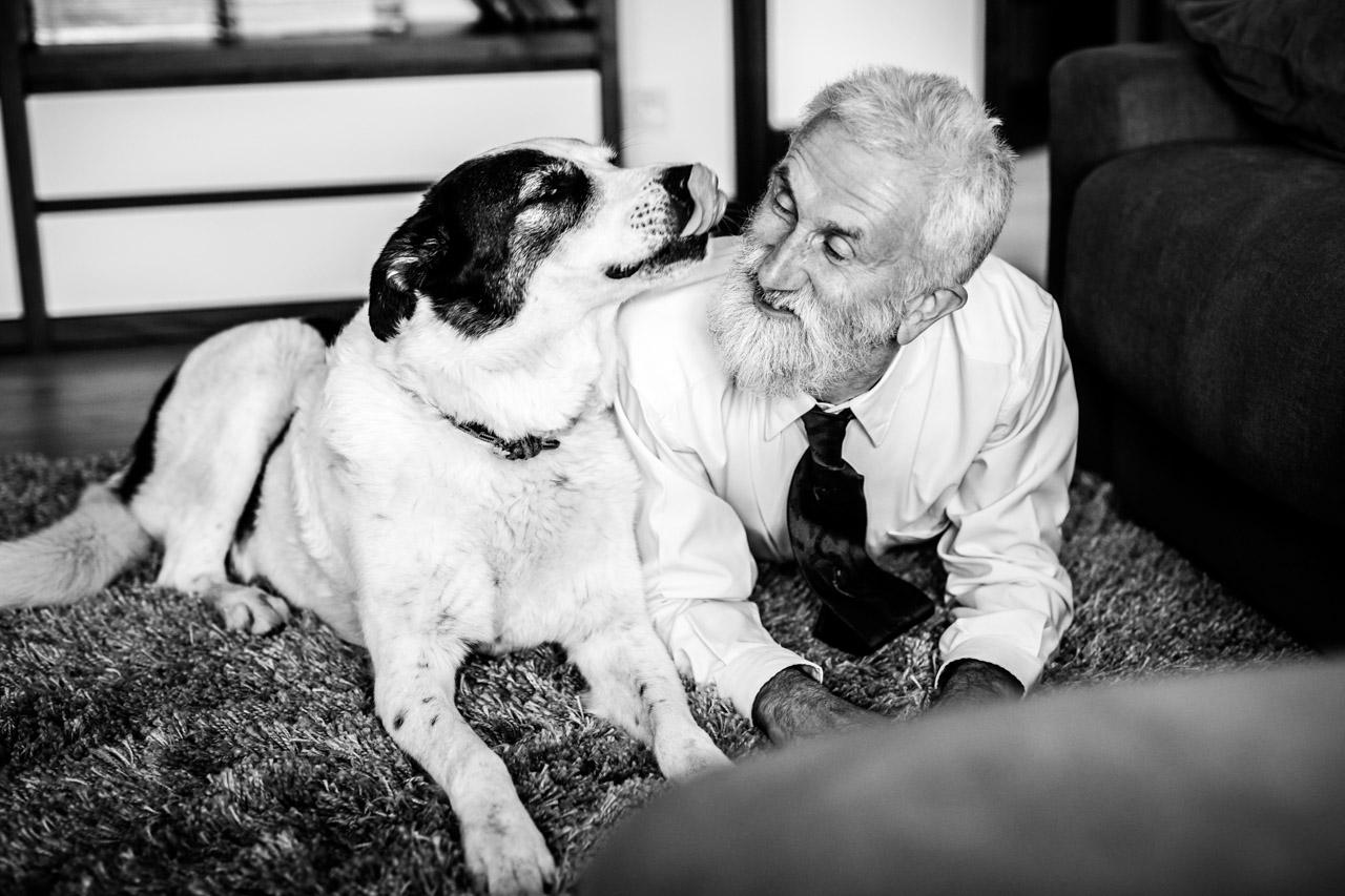 el padre del novio posa con el perro en una boda en oiartzun