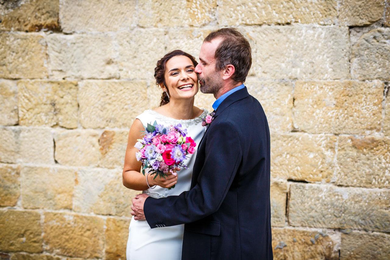 el novio besa por primera vez en el día a la novia en una boda en oiartzun