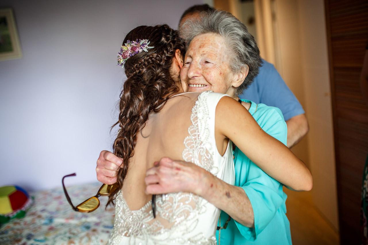 la novia abraza a una vecina en una boda en oiartzun