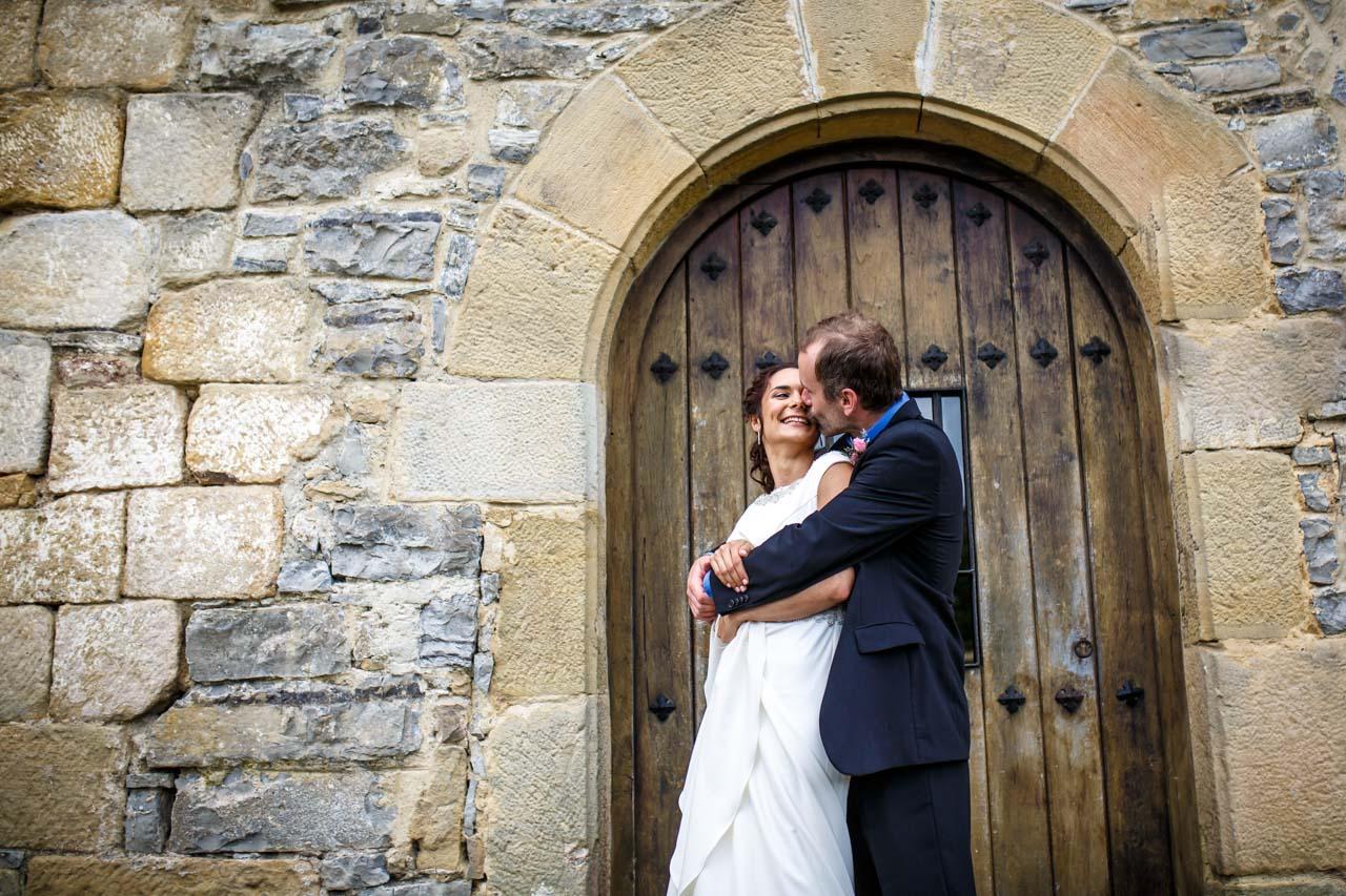 el novio besa a la novia en una boda en oiartzun
