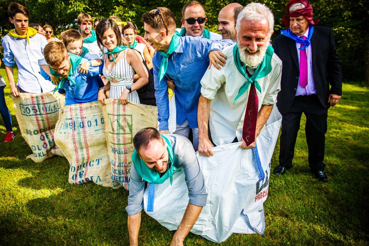 los invitados jugando a carreras de saco en una boda en oiartzun