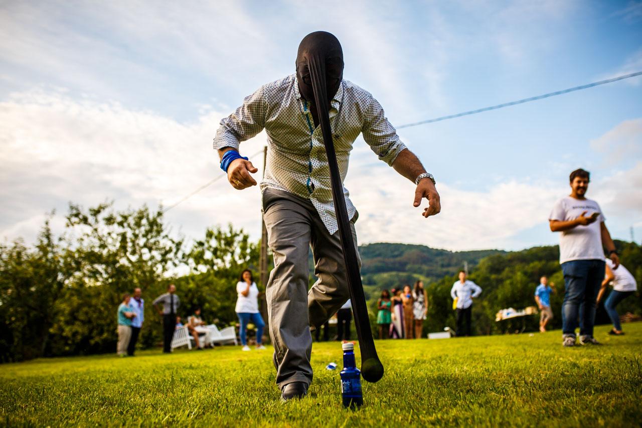 uno de los invitados en un juego en una boda en oiartzun
