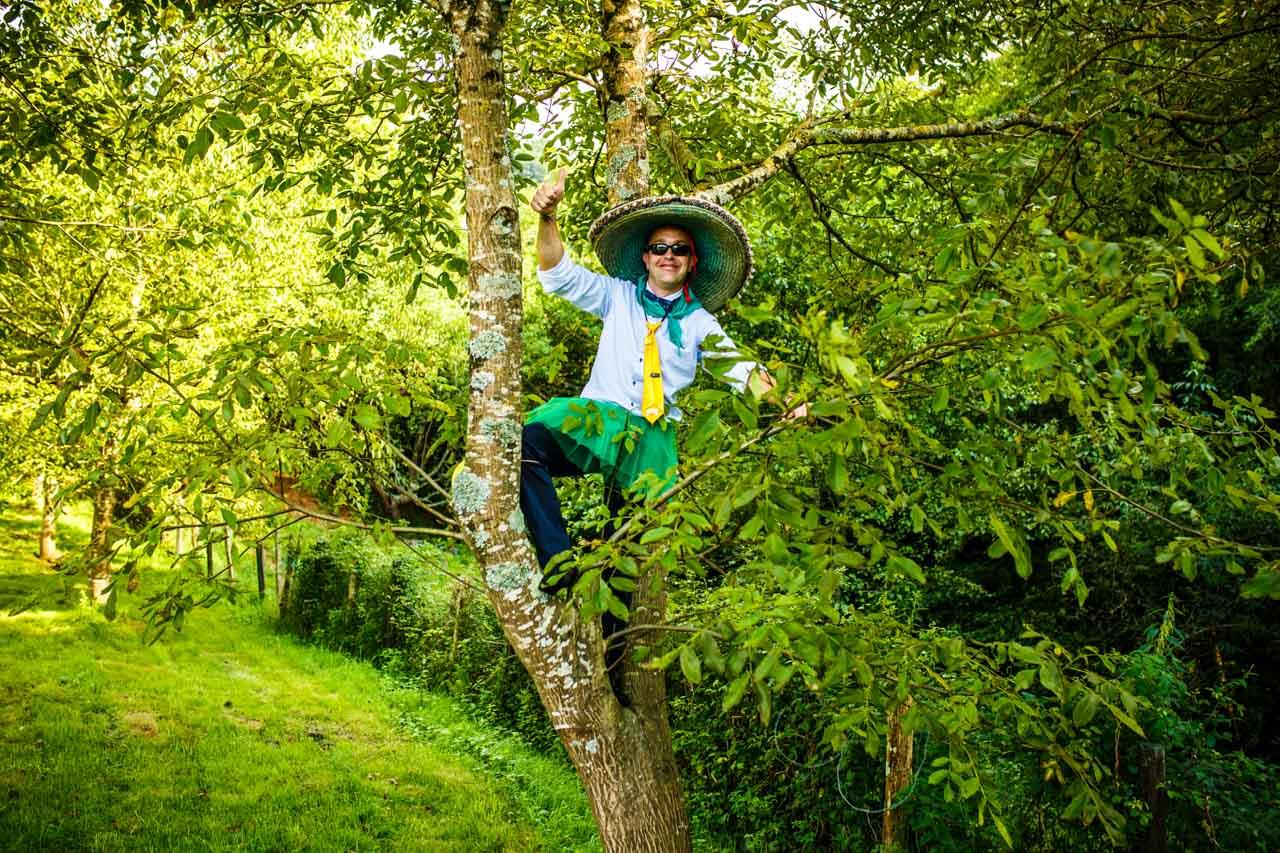 un invitado se sube a un árbol mientras juegan en una boda en oiartzun