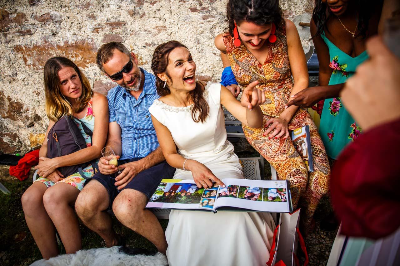 la novia se ríe mientras ven un álbum en una boda en oiatzun