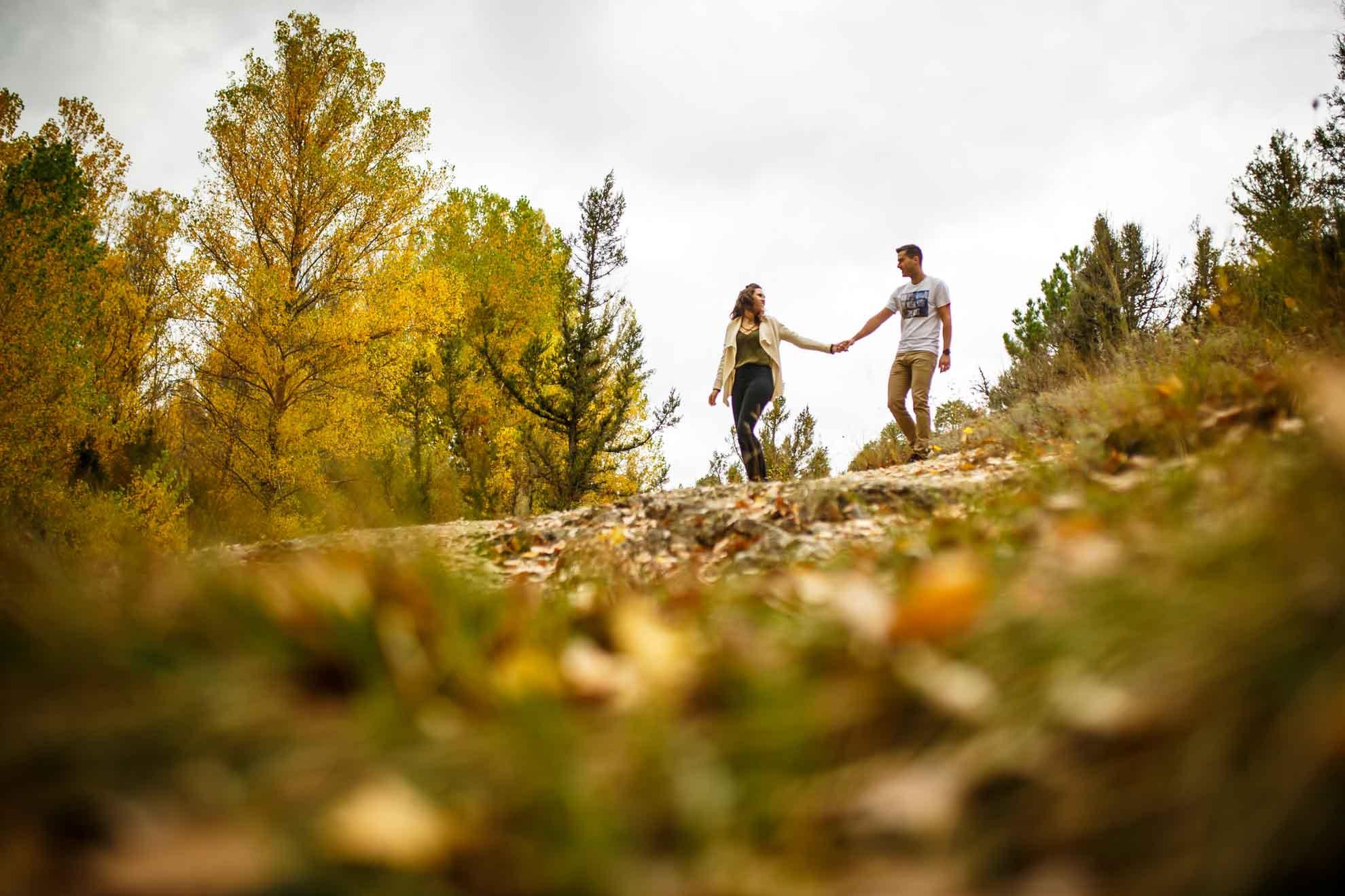 La pareja paseando por la fuentona en una preboda en Soria