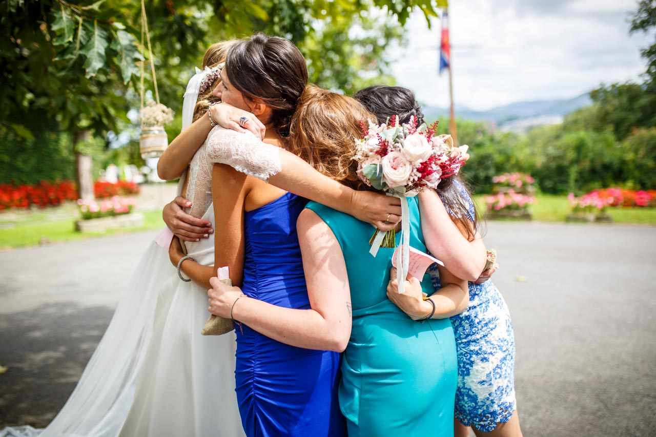 las amigas se abrazan con la novia en una boda en el real club golf de san sebastian