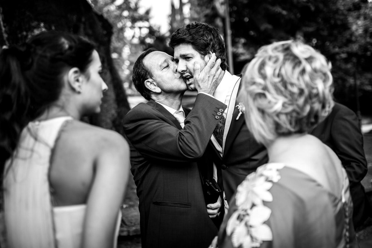 el padre besa al novio emocionados en una boda en irun