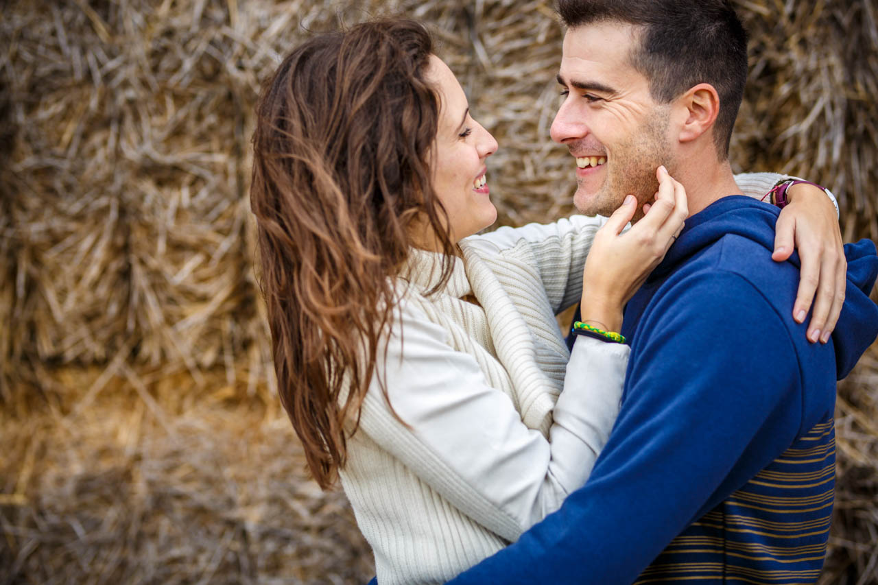 los novios sonríen en una preboda en Soria