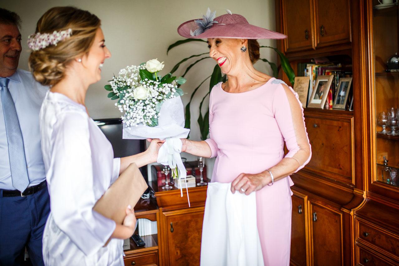 la novia regala a su madre unas flores en una boda en irun