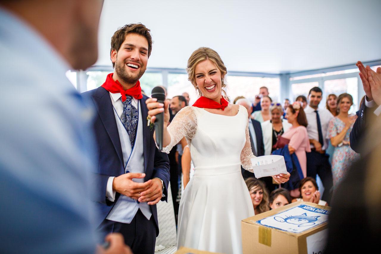 los novios emocionados después de recibir el regalo de unos amigos en una boda en el real club golf de san sebastian