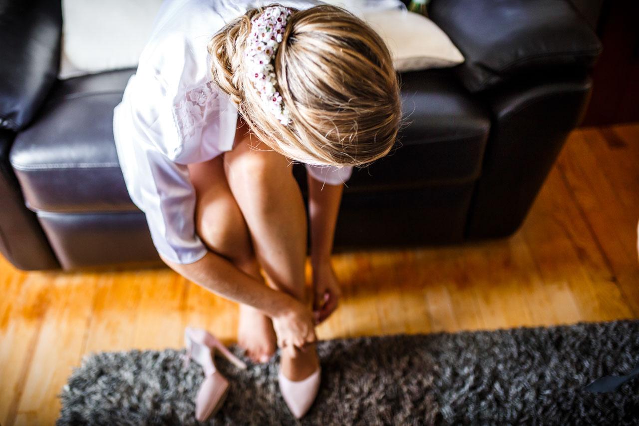 la novia se pone los zapatos en una boda en irun