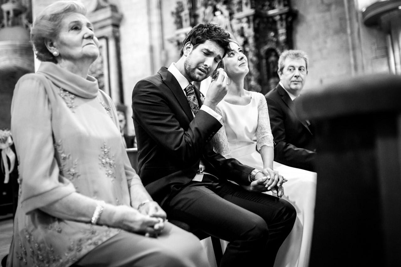 el novio se seca las lagrimas durante la ceremonia en una boda en irun