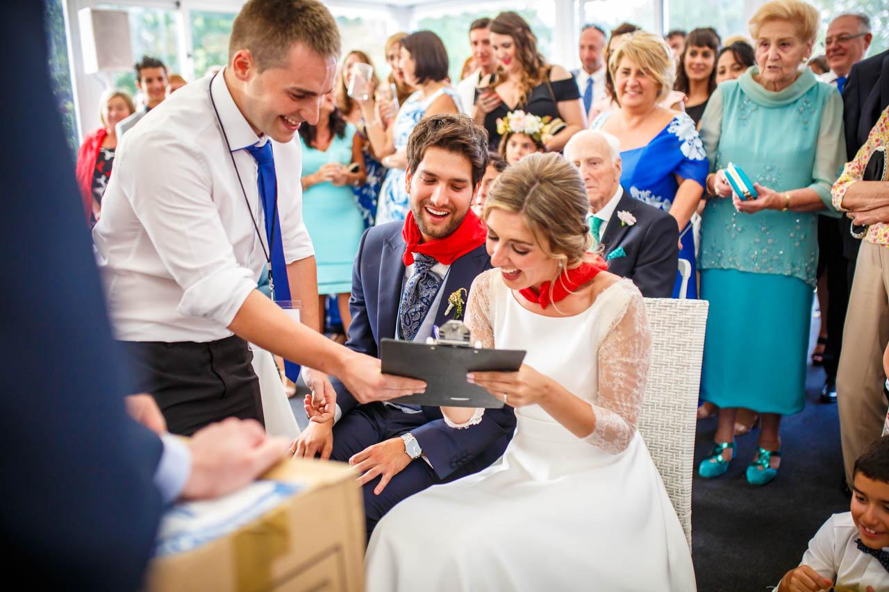 los novios reciben un regalo de los amigos en una boda en el real club golf de san sebastian