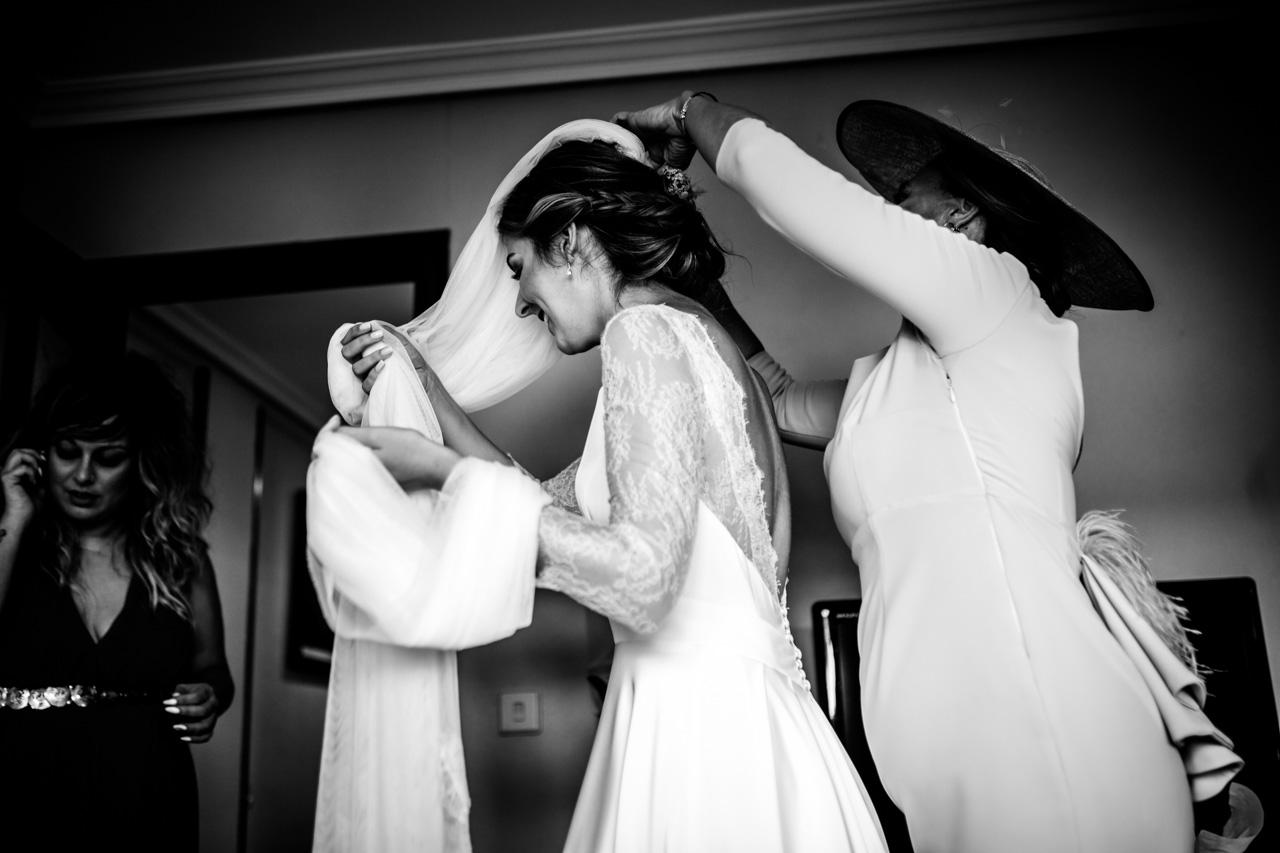 la madre le pone el velo a la novia en una boda en irun
