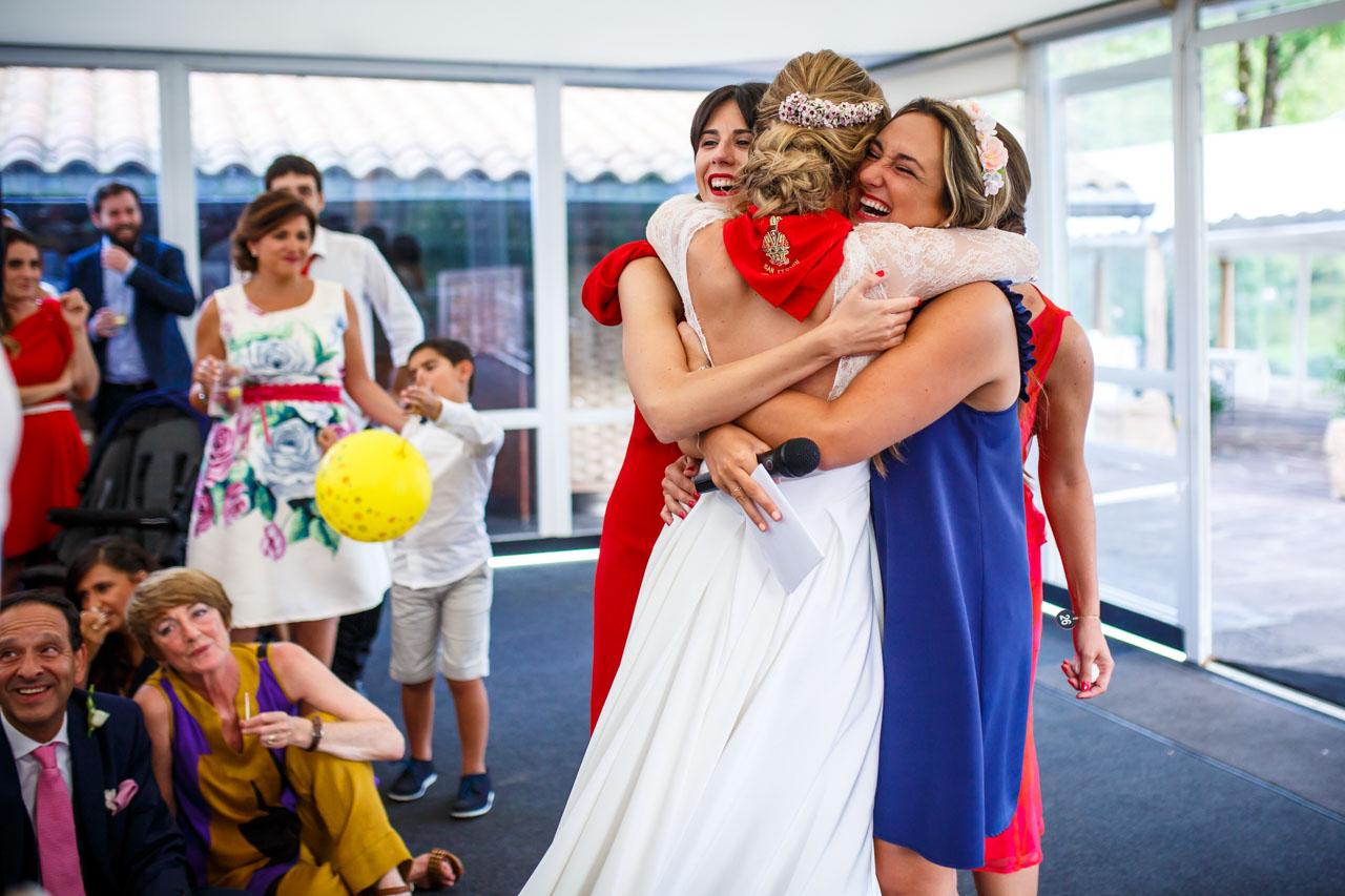 la novia abraza a sus amigas al recibir su regalo en una boda en irun