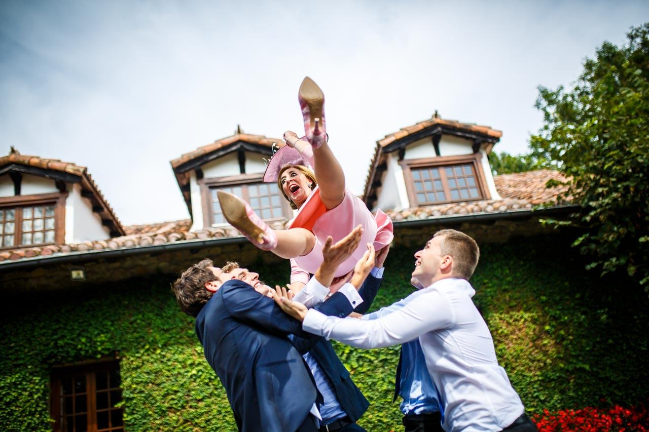 los amigos mantean a la madre de la novia en una boda en el real club golf de san sebastian