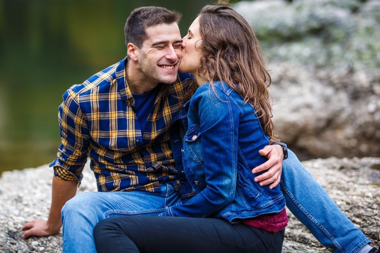 la novia besa al novio en la laguna negra en una preboda en Soria